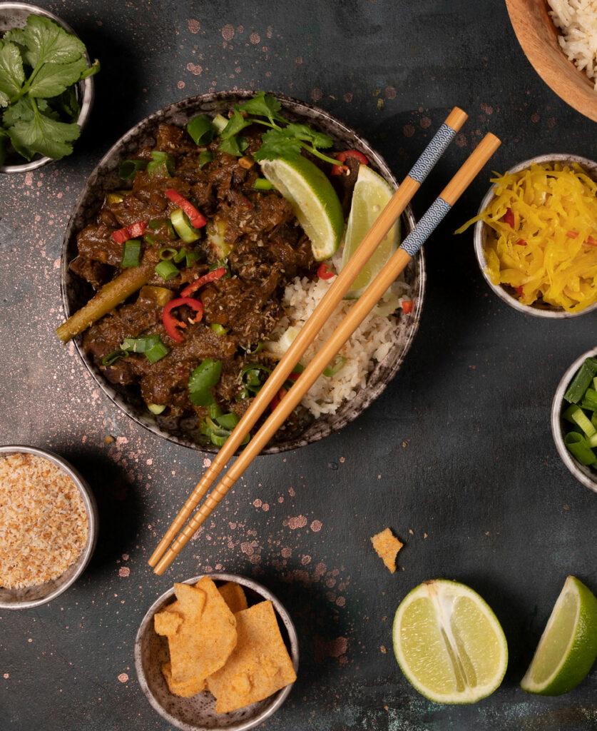 Rendang van sukadelappen met atjar en rijst